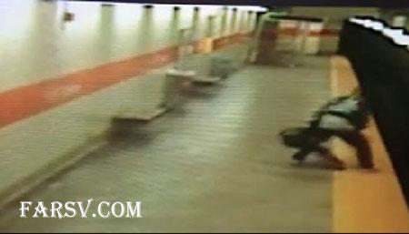 پرتاب دختر آمریکایی روی ریل مترو