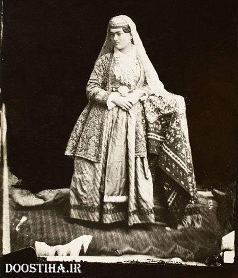 سیمای یک زن با لباس سنتی در عصر قاجار