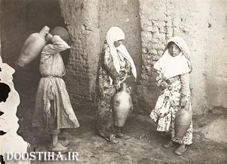 دو زن رهگذر با کوزه آب