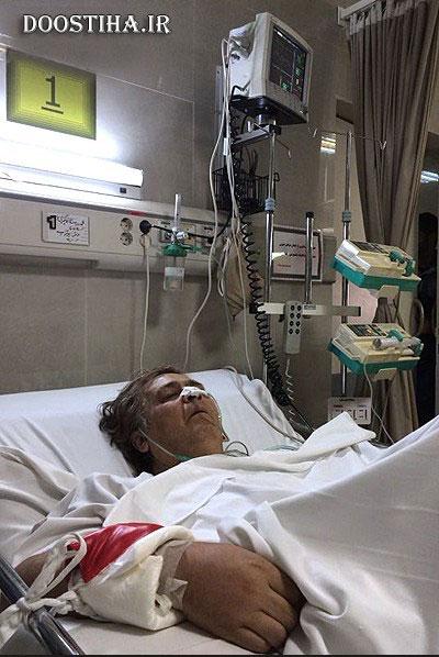 رضا رویگری روی تخت بیمارستان